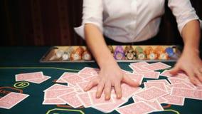 Casino: De handelaar schuifelt de pookkaarten stock video