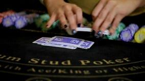 Casino: De handelaar schuifelt de pookkaarten Langzame Motie stock videobeelden