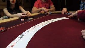 Casino: De handelaar schuifelt de pookkaarten op de lijst Het proces van spijkers Casinogok stock footage