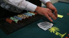 Casino: De handelaar schuifelt de pookkaarten Video die zonder stabilisatie schieten, zijn er trilling en wat lawaai stock footage