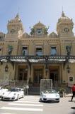Casino de Monte Carlo con los coches de competición magníficos del prix Imágenes de archivo libres de regalías