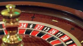 Casino: de roulette, het meisje spint de bal, langzame motie stock footage