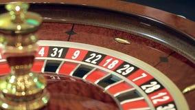 Casino: de roulette, het meisje spint de bal, langzame motie stock videobeelden