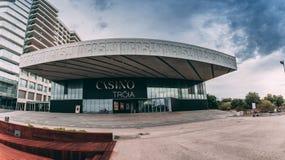 Casino de Troia, un casino contemporáneo con las tablas de juego, máquinas tragaperras, una etapa y barra en un hotel exclusivo Foto de archivo