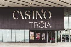 Casino de Troia, un casino contemporáneo con las tablas de juego, máquinas tragaperras, una etapa y barra en un hotel exclusivo Imagen de archivo libre de regalías