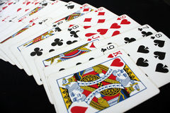 Casino del póker de los naipes Aislado en fondo negro de la tabla del póker Foto de archivo