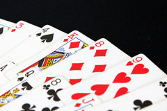 Casino del póker de los naipes Aislado en fondo negro de la tabla del póker Imagen de archivo