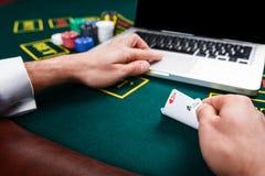 Casino, em linha jogo, tecnologia e conceito dos povos Imagens de Stock Royalty Free
