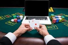 Casino, em linha jogo, tecnologia e conceito dos povos Fotos de Stock Royalty Free