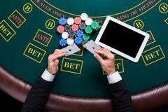 Casino, em linha jogo, tecnologia e conceito dos povos - próximo acima do jogador de pôquer com cartões de jogo Imagens de Stock