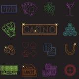 Casino en het gokken de lijnpictogrammen met gokautomaat en roulette, spaanders, pookkaarten, geld worden geplaatst, dobbelen, mu Stock Afbeeldingen