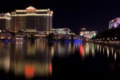 Casino et hôtel de Caesars Palace se reflétant dans le lac de fontaine Images libres de droits