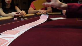 Casino: O negociante baralha os cartões do pôquer na tabela Entrega o close-up Jogo do casino filme