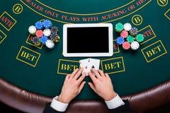 Casino, online het gokken, technologie en mensenconcept - sluit omhoog van pookspeler met speelkaarten Royalty-vrije Stock Fotografie