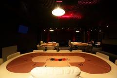 Casino oscuro y de moda con las tablas imagen de archivo libre de regalías