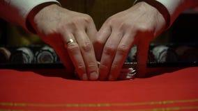 Casino, pook: De handelaar schuifelt de pookkaarten stock footage