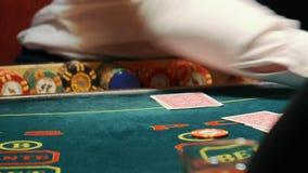 Casino, pook, meisje, de kaarten van handelaarsovereenkomsten stock footage