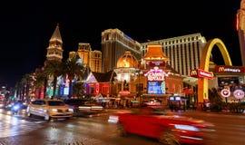 Casino Royale e casino Venetian da estância, Las Vegas Boulevard sul na noite foto de stock royalty free