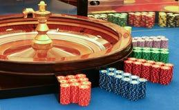 Casino - spinnend roulettewiel met bal stock foto's