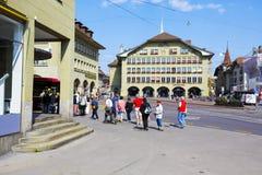 Casinoplatz的未定义游人在伯尔尼 免版税图库摄影