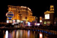 Casinos de Hollywood del planeta que reflejan en el lago de la fuente de Bellagio Fotografía de archivo