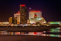 Casinos y la playa en la noche en Atlantic City, New Jersey fotografía de archivo