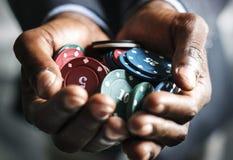 Casinospaander op een Zakenman Hands stock foto