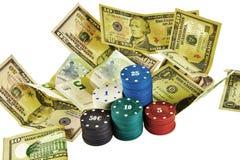 Casinospaanders en bankbiljetten van verschillende benaming Stock Afbeeldingen