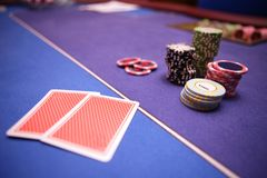 Casinospaanders en kaarten die op lijst liggen Royalty-vrije Stock Foto's