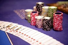 Casinospaanders en kaarten die op lijst liggen Royalty-vrije Stock Afbeeldingen