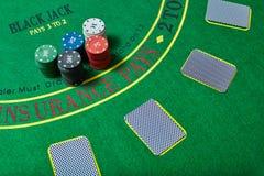 Casinospaanders en kaarten op casinolijst, het concept van het pookspel Stock Afbeeldingen