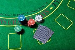 Casinospaanders en kaarten op casinolijst, het concept van het pookspel Royalty-vrije Stock Afbeeldingen