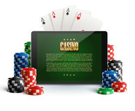 Casinospaanders en mobiel op wit Stock Foto