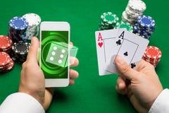 Casinospeler met kaarten, smartphone en spaanders Stock Foto's
