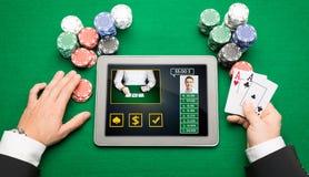 Casinospeler met kaarten, tabletpc en spaanders Stock Afbeeldingen