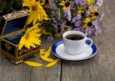 Casket, kaffe och bukett av blommor Royaltyfria Bilder