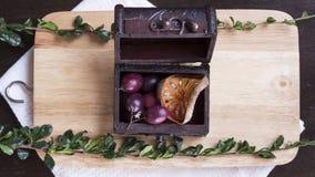 Casket med bär, torkad balfrukt och örter på att hugga av galten Royaltyfria Bilder