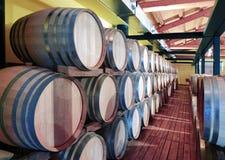 Casks i winekällare Arkivfoton