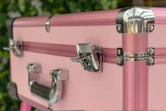 Caso brillante rosa di bellezza di fascino con la maniglia del cromo Concetto di bellezza, di trucco e di modo immagini stock libere da diritti