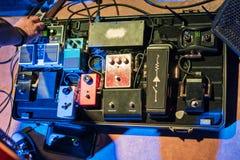 Caso con gli accessori per le chitarre fotografia stock