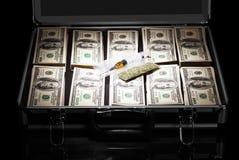 Caso con i dollari, la siringa e le droghe isolati sul nero Fotografia Stock