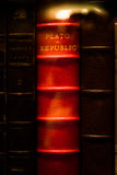 Caso de cristal de la biblioteca roja brillante de Plato Republic Leather Bound Book Foto de archivo