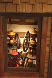 Caso de Deplay de uma casa de log com os dois grandes fabricantes de café do vintage imagem de stock