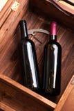 Caso de madera con las botellas de vino Imagen de archivo