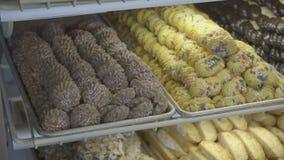 Caso del forno in pieno dei biscotti variopinti archivi video