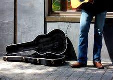 Caso della chitarra e del musicista Fotografia Stock Libera da Diritti