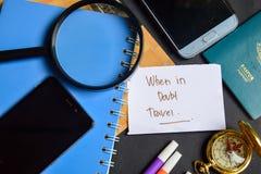 In caso di dubbio viaggio scritto su carta passaporto, lente d'ingrandimento, bussola, Smartphone immagini stock libere da diritti