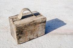 Caso di legno falso discusso con un blocco e una maniglia del tessuto riparati con i chiodi Fotografie Stock Libere da Diritti