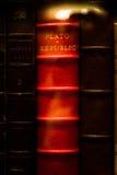 Caso di vetro della biblioteca rossa luminosa di Plato Republic Leather Bound Book Fotografia Stock