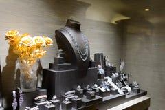 Caso di vetro nella gioielleria Fotografia Stock Libera da Diritti
